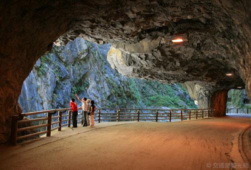 探索奇岩峻石的燕子口步道