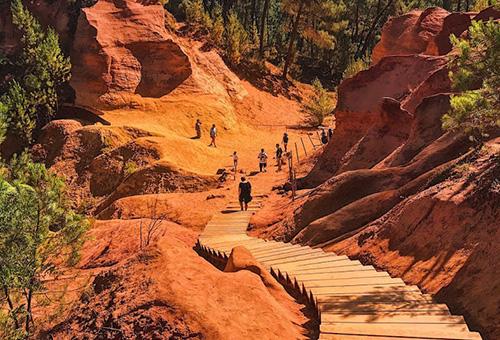 閃耀著紅色光輝的魯西永赭石步道
