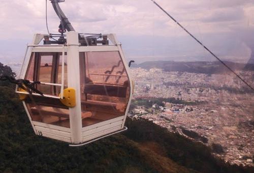 搭纜車登上近4000公尺山頭俯瞰城市