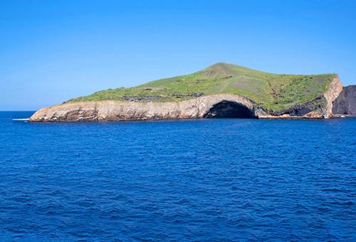乘船探由火山熔岩和凝灰岩石構成的Punta Vicente Roca