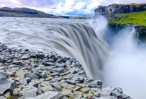 水勢磅礡的黛提瀑布