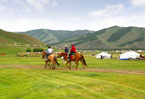 騎馬馳於山林草原