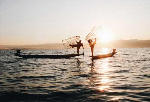 茵萊湖最具特色的單腳划船