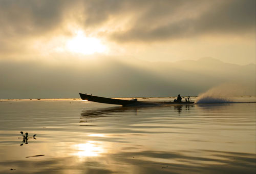 映襯水面的茵萊湖日出