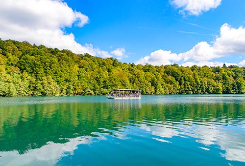 乘渡輪穿梭於湖泊中