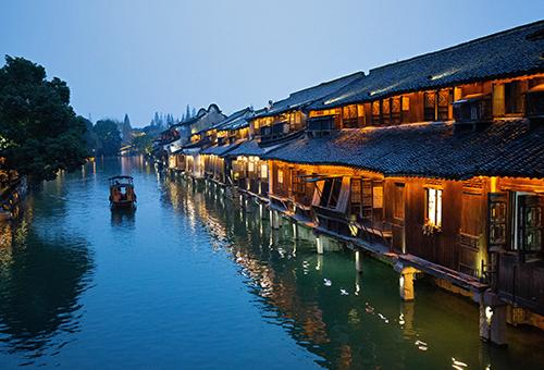 乘船夜遊江南水鄉