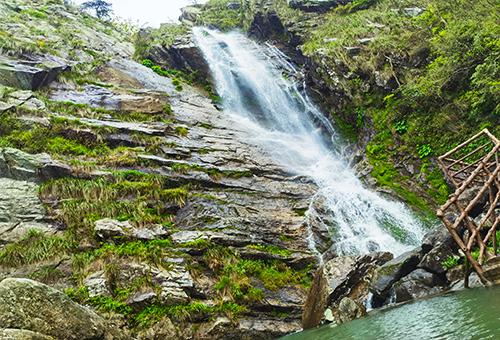 遙看瀑布挂前川