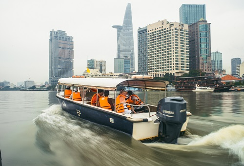 遊艇航入胡志明繁華市區