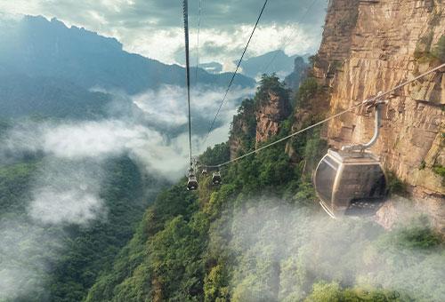 乘纜車登黃石寨景區