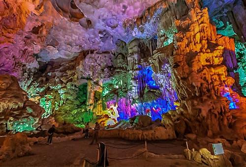 探索下龍灣最大的鐘乳石洞
