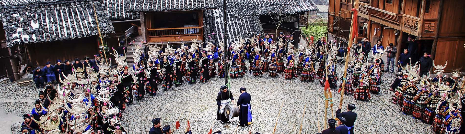 苗寨裡賞傳統歌舞表演