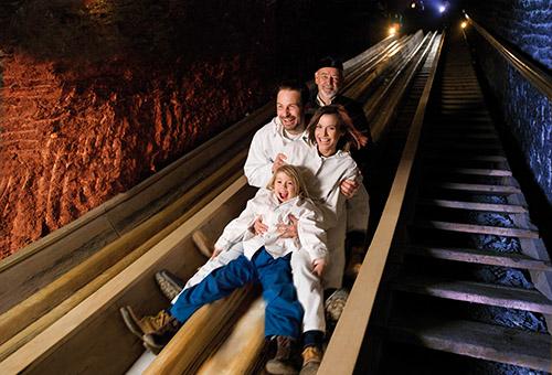 鹽洞溜滑梯讓人大呼過癮