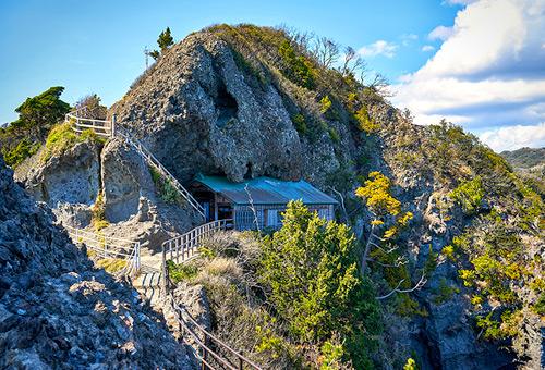 造訪緊貼海角懸崖邊的石室神社