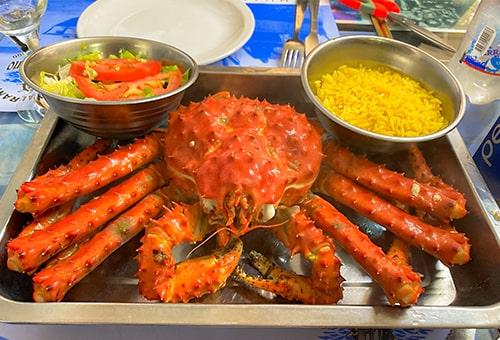 大口品嚐帝王蟹的美味