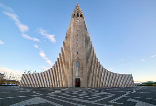 擁有柱狀玄武岩外觀的現代教堂
