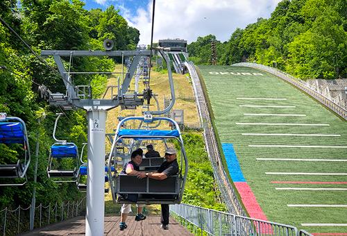 搭乘大倉山纜車至山頂俯視札幌市區