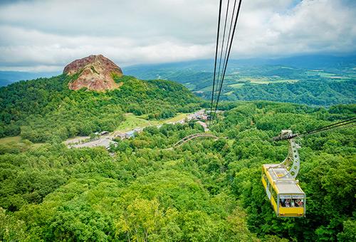 搭乘有珠山纜車遠眺昭和新山