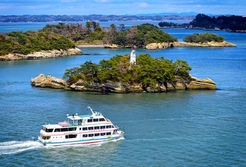 搭乘遊覽船遊覽松島灣