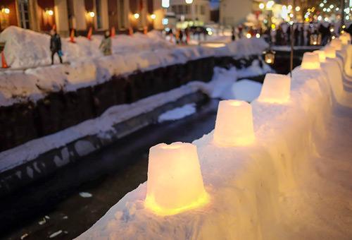 漫步於浪漫小樽雪燈之路旁
