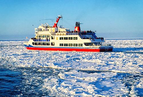 搭乘破冰船欣賞震撼的破冰過程