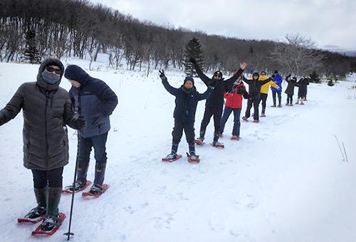 早晨踩著粉雪進行大腳雪中漫步