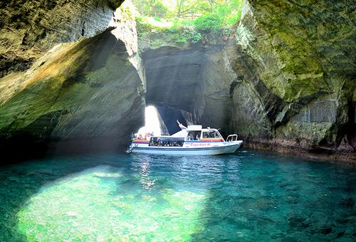 乘船探索天窗洞神秘之旅